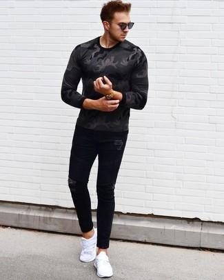 Как и с чем носить: темно-серая футболка с длинным рукавом с камуфляжным принтом, черные рваные зауженные джинсы, белые кроссовки, черные солнцезащитные очки