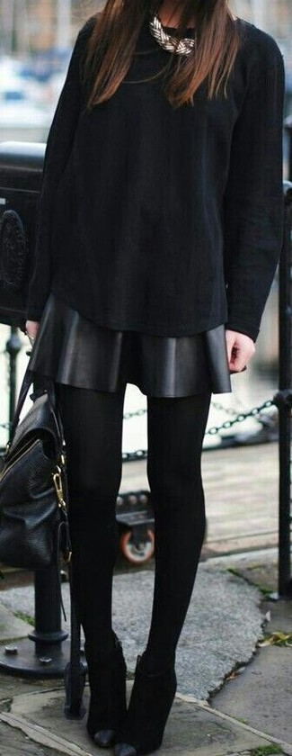 Как и с чем носить: черная футболка с длинным рукавом, черная кожаная короткая юбка-солнце, черные замшевые ботильоны, черная кожаная сумка-саквояж