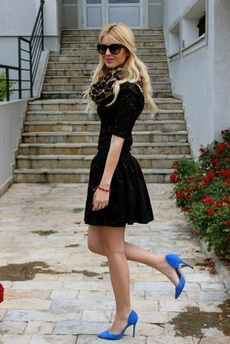 Как и с чем носить: черная кружевная футболка с длинным рукавом, черная короткая юбка-солнце с пайетками, синие замшевые туфли, светло-коричневый шарф с леопардовым принтом