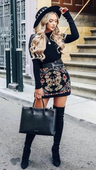 Как и с чем носить: черная бархатная футболка с длинным рукавом, черная мини-юбка с вышивкой, черные замшевые ботфорты, черная кожаная большая сумка