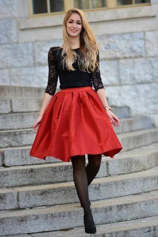 С чем носить черные колготки: Если в одежде ты делаешь ставку на удобство и практичность, черная кружевная футболка с длинным рукавом и черные колготки — хороший выбор для стильного повседневного наряда. Черные замшевые туфли — беспроигрышный выбор, чтобы дополнить ансамбль.