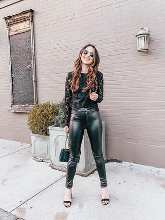Как и с чем носить: черная кружевная футболка с длинным рукавом, черные кожаные узкие брюки, черные кожаные босоножки на каблуке, черная кожаная стеганая сумка через плечо