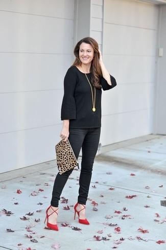 Как и с чем носить: черная футболка с длинным рукавом с рюшами, черные узкие брюки, красные замшевые туфли, светло-коричневый замшевый клатч с леопардовым принтом