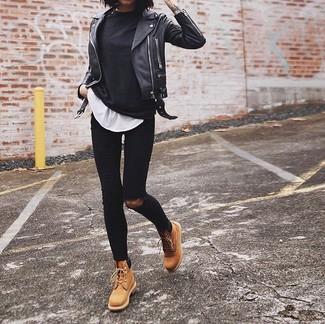 Черные рваные джинсы скинни: с чем носить и как сочетать: Сочетание черной футболки с длинным рукавом и черных рваных джинсов скинни вне всякого сомнения подчеркнет твою индивидуальность. Светло-коричневые кожаные ботинки на шнуровке чудесно впишутся в ансамбль.