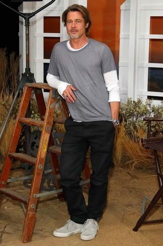 Как и с чем носить: белая футболка с длинным рукавом, серая футболка с круглым вырезом, черные джинсы, серые замшевые низкие кеды