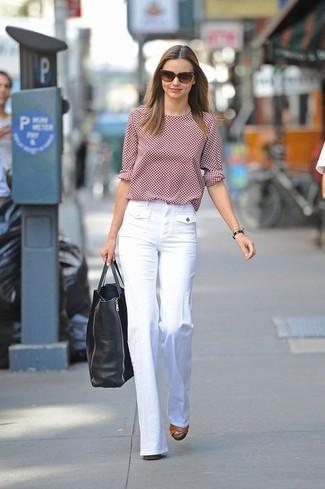 Как и с чем носить: красная футболка с длинным рукавом в горошек, белые широкие брюки, коричневые кожаные босоножки на каблуке, черная кожаная большая сумка