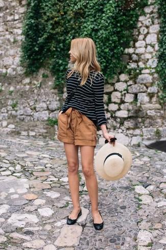 Как и с чем носить: черно-белая футболка с длинным рукавом в горизонтальную полоску, коричневые шорты, черные кожаные балетки, черная кожаная сумка через плечо