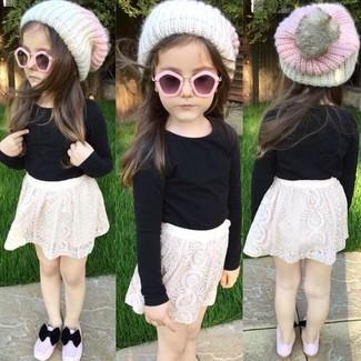Как и с чем носить: черная футболка с длинным рукавом, белая кружевная юбка, розовые балетки, белая шапка