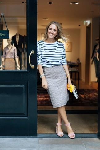 Бело-темно-синяя футболка с длинным рукавом в горизонтальную полоску: с чем носить и как сочетать женщине: Бело-темно-синяя футболка с длинным рукавом в горизонтальную полоску и серая твидовая юбка-карандаш — великолепный вариант для несложного, но стильного лука. В тандеме с этим образом наиболее удачно будут смотреться розовые замшевые босоножки на каблуке.
