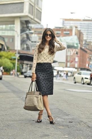 Как и с чем носить: бежевая футболка с длинным рукавом с украшением, черная юбка-карандаш в горошек, черные кожаные босоножки на каблуке, бежевая замшевая большая сумка