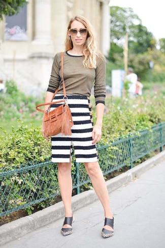 Как и с чем носить: оливковая футболка с длинным рукавом в горизонтальную полоску, бело-черная юбка-карандаш в горизонтальную полоску, черные кожаные сабо, табачная замшевая сумка через плечо c бахромой