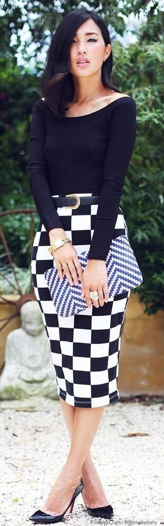 Черная футболка с длинным рукавом и бело-черная юбка-карандаш в клетку — необходимые вещи в арсенале стильной девушки. Что касается обуви, неплохо дополнят образ черные кожаные туфли.