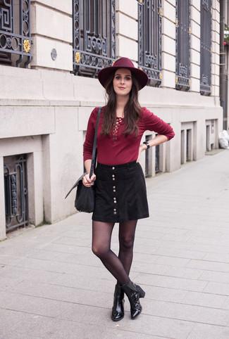 Как и с чем носить: темно-красная футболка с длинным рукавом, черная юбка на пуговицах, черные кожаные ботильоны, черная кожаная сумка через плечо
