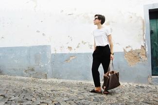 Темно-коричневые кожаные сандалии на плоской подошве: с чем носить и как сочетать: Если ты принадлежишь к той редкой категории женщин, способных хорошо ориентироваться в одежде, тебе полюбится ансамбль из белой футболки с круглым вырезом и черных брюк-галифе. Почему бы не добавить в этот ансамбль чуточку беззаботства с помощью темно-коричневых кожаных сандалий на плоской подошве?