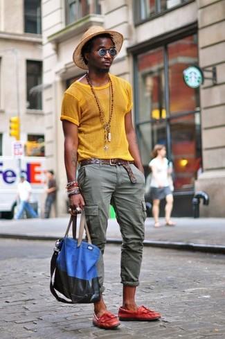 Как и с чем носить: желтая футболка с круглым вырезом в сеточку, оливковые брюки карго, красные кожаные лоферы с кисточками, синяя большая сумка из плотной ткани