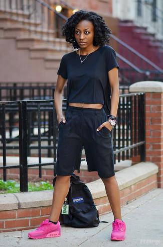 Как и с чем носить: черная футболка с круглым вырезом, черные брюки-кюлоты, ярко-розовые кроссовки, черный рюкзак из плотной ткани