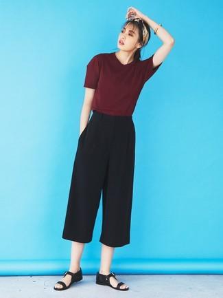 Как и с чем носить: темно-красная футболка с круглым вырезом, черные брюки-кюлоты, черные кожаные сандалии на плоской подошве, бежевая бандана
