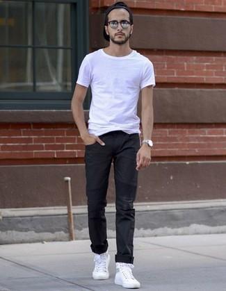 Как и с чем носить: белая футболка с круглым вырезом, черные брюки чинос, белые высокие кеды из плотной ткани, черная бейсболка