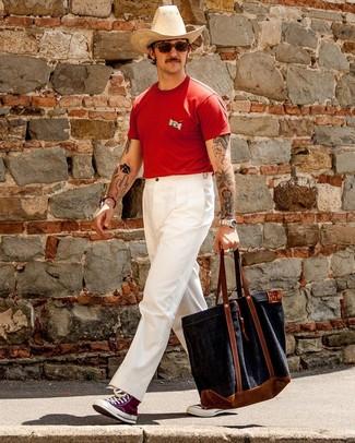 Как и с чем носить: красная футболка с круглым вырезом, белые брюки чинос, пурпурные высокие кеды из плотной ткани, темно-синяя большая сумка из плотной ткани