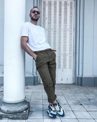 Как и с чем носить: белая футболка с круглым вырезом, коричневые брюки чинос в шотландскую клетку, бело-синие кроссовки, коричневый кожаный ремень