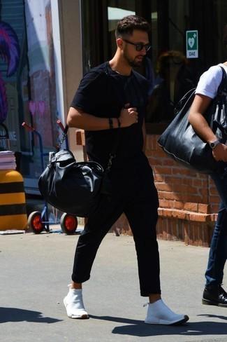 Черная футболка с круглым вырезом: с чем носить и как сочетать мужчине: В черной футболке с круглым вырезом и черных брюках чинос можно пойти на встречу в расслабленной обстановке или провести выходной, когда в планах поход в кино или кафе. Почему бы не добавить в этот лук чуточку расслабленности с помощью белых кроссовок?