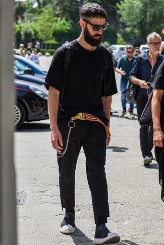 Черная футболка с круглым вырезом: с чем носить и как сочетать мужчине: Черная футболка с круглым вырезом в паре с черными брюками чинос не прекращает импонировать парням, которые всегда одеты стильно. Этот образ выигрышно дополнят черно-белые кроссовки.
