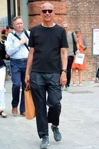 Темно-синие кроссовки: с чем носить и как сочетать мужчине: Лук из черной футболки с круглым вырезом и темно-синих брюк чинос смотрится привлекательно и нескучно. Этот лук органично завершат темно-синие кроссовки.