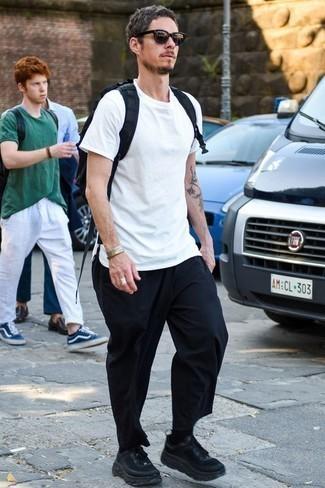 Черные кроссовки: с чем носить и как сочетать мужчине: Если ты любишь одеваться модно, и при этом чувствовать себя комфортно и уверенно, тебе стоит опробировать это сочетание белой футболки с круглым вырезом и темно-синих брюк чинос. Что касается обуви, можешь отдать предпочтение функциональности и выбрать черные кроссовки.