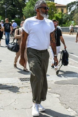 Оранжевые носки: с чем носить и как сочетать мужчине: Если ты ценишь удобство и практичность, белая футболка с круглым вырезом и оранжевые носки — отличный выбор для модного повседневного мужского образа. Не прочь привнести сюда немного нарядности? Тогда в качестве обуви к этому ансамблю, выбирай белые кроссовки.