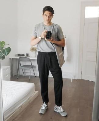 Серая футболка с круглым вырезом: с чем носить и как сочетать мужчине: Серая футболка с круглым вырезом и черные брюки чинос — неотъемлемые элементы в гардеробе мужчин с чувством стиля. Что касается обуви, можно отдать предпочтение удобству и выбрать серые кроссовки.