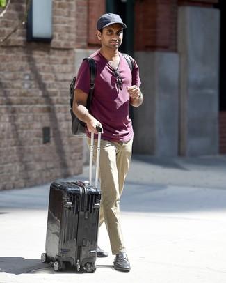 Как и с чем носить: пурпурная футболка с круглым вырезом, бежевые брюки чинос, черные кожаные лоферы, черный рюкзак