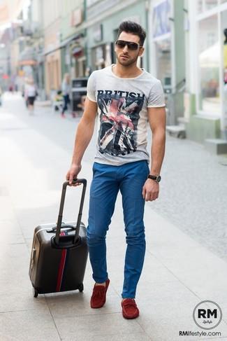 Как и с чем носить  серая футболка с круглым вырезом с принтом, синие брюки 805395acbf9