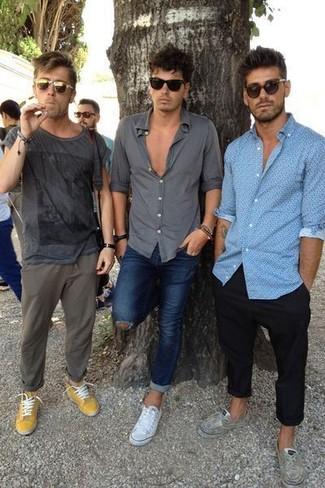 Как и с чем носить: темно-серая футболка с круглым вырезом с принтом, оливковые брюки чинос, горчичные низкие кеды, оливковые солнцезащитные очки