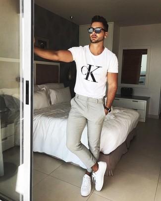 Как и с чем носить: бело-черная футболка с круглым вырезом с принтом, бежевые брюки чинос, белые кожаные низкие кеды, черные солнцезащитные очки