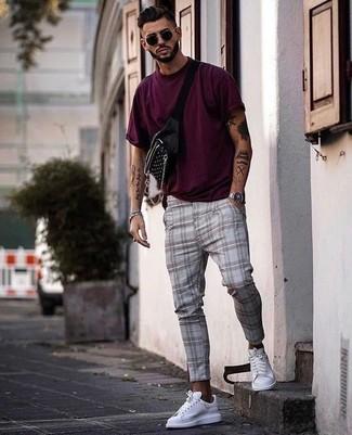 Как и с чем носить: пурпурная футболка с круглым вырезом, серые брюки чинос в шотландскую клетку, белые кожаные низкие кеды, черная поясная сумка