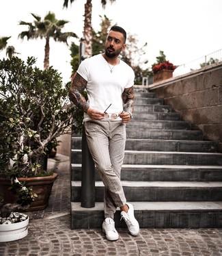 Как и с чем носить: белая футболка с круглым вырезом, бежевые брюки чинос в вертикальную полоску, белые кожаные низкие кеды, коричневые солнцезащитные очки