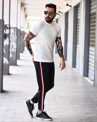 Как и с чем носить: белая футболка с круглым вырезом, черные брюки чинос, черные кожаные низкие кеды, темно-синие солнцезащитные очки