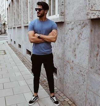 Фиолетовые солнцезащитные очки: с чем носить и как сочетать мужчине: Сочетание синей футболки с круглым вырезом и фиолетовых солнцезащитных очков - очень практично, и поэтому идеально подходит для воплощения нескучного повседневного стиля. Не прочь добавить в этот ансамбль нотку утонченности? Тогда в качестве дополнения к этому ансамблю, выбирай черно-белые низкие кеды из плотной ткани.