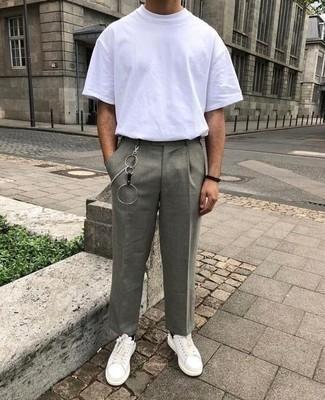 С чем носить серые брюки чинос: Белая футболка с круглым вырезом и серые брюки чинос надежно закрепились в гардеробе современных молодых людей, позволяя создавать эффектные и функциональные образы. Бело-черные кожаные низкие кеды — отличный выбор, чтобы закончить ансамбль.