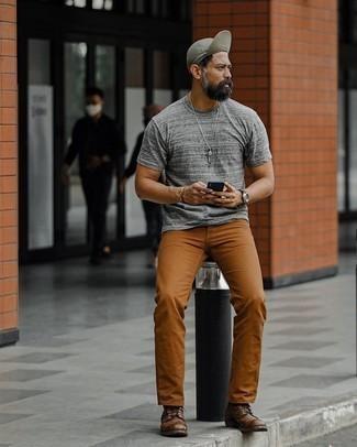 С чем носить табачные брюки чинос: Серая футболка с круглым вырезом и табачные брюки чинос безусловно украсят твой гардероб. Теперь почему бы не добавить в повседневный ансамбль чуточку консерватизма с помощью темно-коричневых кожаных повседневных ботинок?