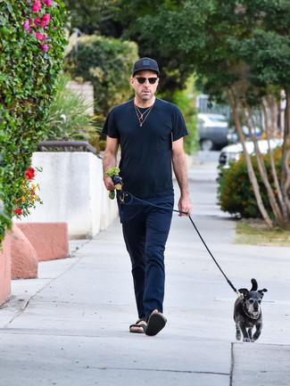 Как и с чем носить: черная футболка с круглым вырезом, темно-синие брюки чинос, черные кожаные сандалии, черная бейсболка