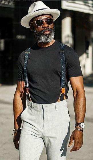Как и с чем носить: черная футболка с круглым вырезом, серые брюки чинос, белая шляпа, черные солнцезащитные очки