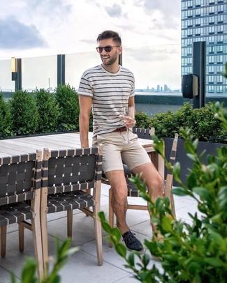 Как и с чем носить: бело-темно-синяя футболка с круглым вырезом в горизонтальную полоску, бежевые брюки чинос, темно-синие эспадрильи из плотной ткани, коричневый кожаный ремень