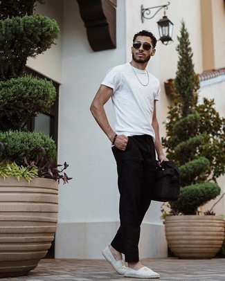 Мужские луки: Белая футболка с круглым вырезом будет выглядеть великолепно с черными брюками чинос. В качестве завершения этого лука здесь напрашиваются серые эспадрильи из плотной ткани в горизонтальную полоску.