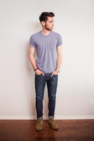 Как и с чем носить: светло-фиолетовая футболка с круглым вырезом, темно-серые джинсы, светло-коричневые замшевые ботинки дезерты, серебряные часы