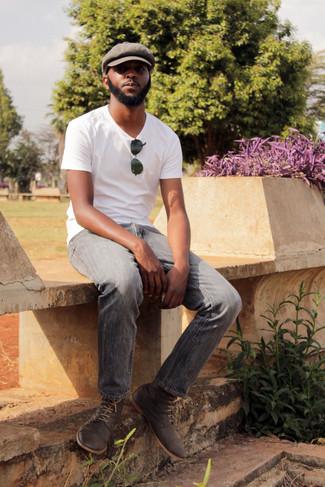 Как и с чем носить: белая футболка с круглым вырезом, серые джинсы, темно-серые замшевые ботинки дезерты, коричневая кепка