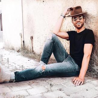 Как и с чем носить: черная футболка с круглым вырезом, темно-синие рваные джинсы, бежевые замшевые ботинки челси, коричневая шерстяная шляпа