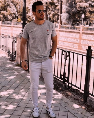 Как и с чем носить: серая футболка с круглым вырезом с принтом, белые джинсы, бело-черные кроссовки, темно-серые солнцезащитные очки