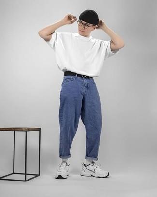 Модные мужские луки 2020 фото в спортивном стиле: Белая футболка с круглым вырезом и синие джинсы надежно обосновались в гардеробе многих мужчин, помогая составлять неприевшиеся и практичные луки. Любишь смелые сочетания? Можешь дополнить свой лук белыми кроссовками.