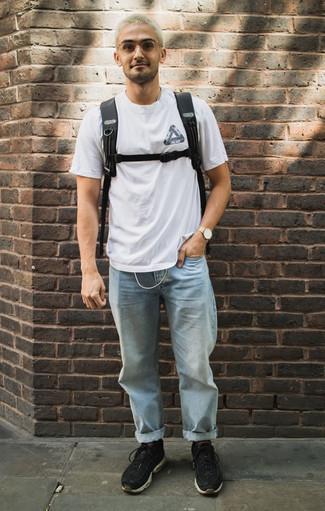 Бело-черная футболка с круглым вырезом с принтом: с чем носить и как сочетать мужчине: Если у тебя планируется насыщенный день, сочетание бело-черной футболки с круглым вырезом с принтом и голубых джинсов позволит составить практичный образ в непринужденном стиле. Не прочь поэкспериментировать? Тогда дополни образ черными кроссовками.